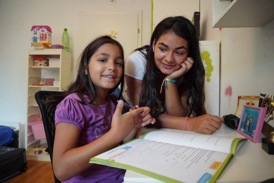 Doua fete care scriu temele